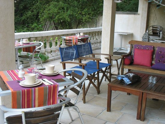 Caza Sereyna: breakfast on the patio
