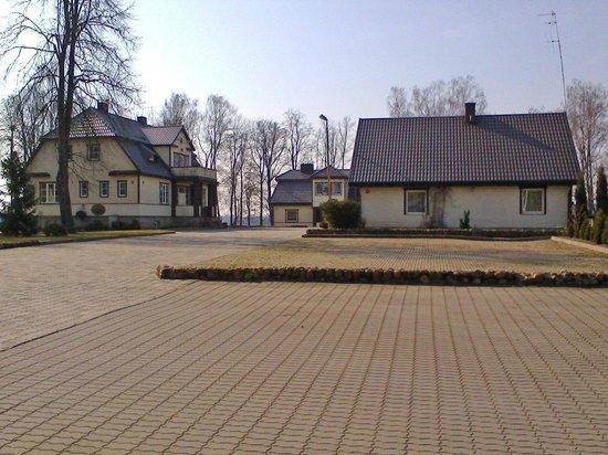 Slenis: территория отеля. домики