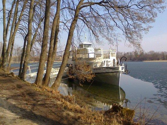 Slenis: катер у берега