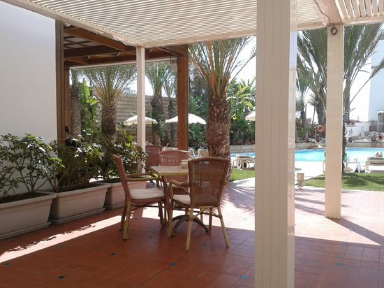 Hotel Oasis: outside dining by pool