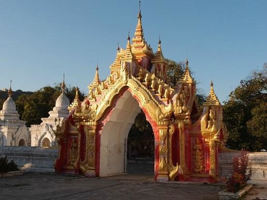 Kuthodaw Pagoda & the World's Largest Book : Kuthodaw Pagoda