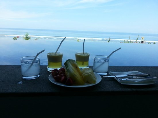 Samabe Bali Suites & Villas : Pampering at Infinity Pool