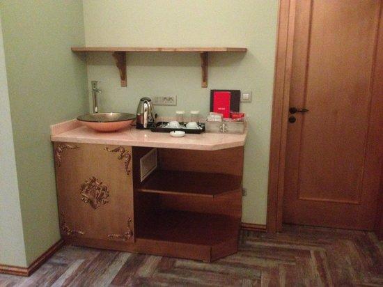 Mood Design Suites: Tea/coffee making facilities and fridge (contained a mini bar)