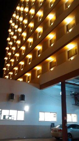 Ibis Foz Do Iguacu: Vista noturna do estacionamento