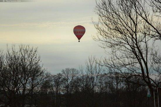 Полет воздушного шара в небе близ Slenis
