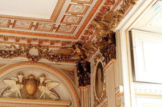 Le Stofflet : Wonderful original feature ceilings.