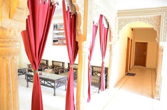 Hotel Sohan Deep: Reception Area