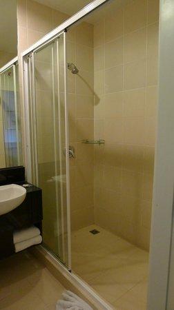 Legacy Express Sukhumvit by Compass Hospitality: Bathroom
