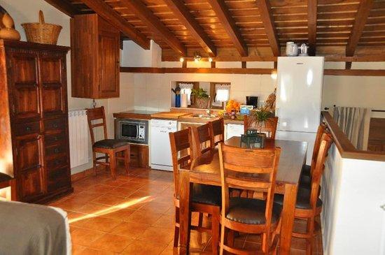 """Casa Rural El Abuelo Quiko: Cocina y comerdor """"Casa Tio Francisco"""""""