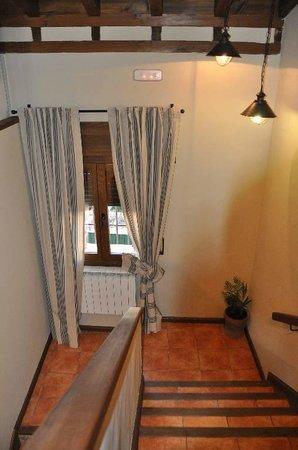 """Casa Rural El Abuelo Quiko: Escalera acceso planta intermedia """"Casa Tio Francisco"""""""