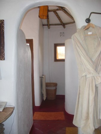 Osupuko Lodge: archway into spacious bathroom and ROBES!