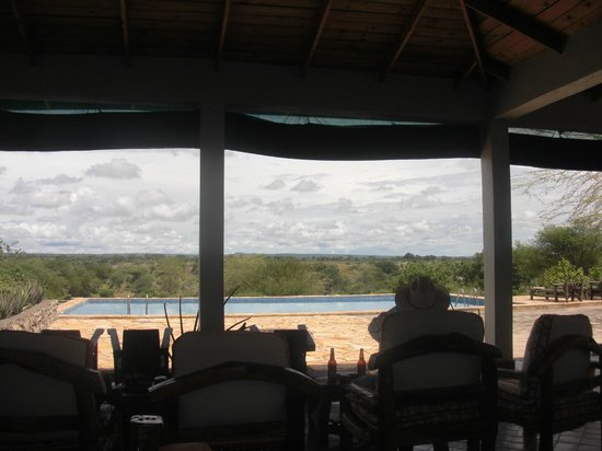 Osupuko Lodge : View of pool from open air lounging/bar/eating area