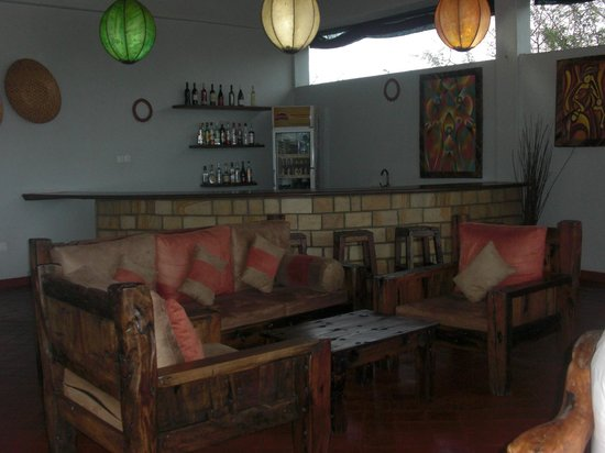 Osupuko Lodge: lounging area and bar