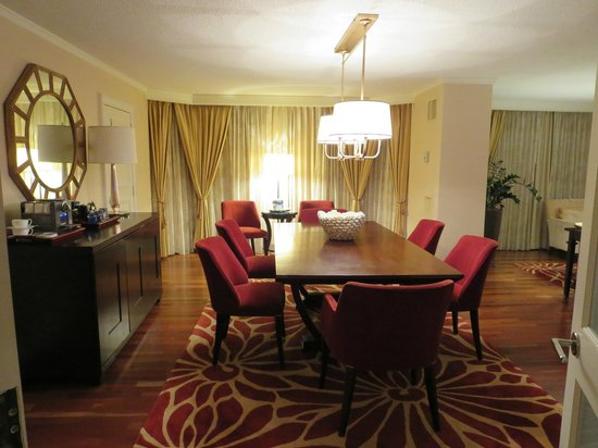 The Ritz-Carlton, Atlanta: Dining area of hotel room