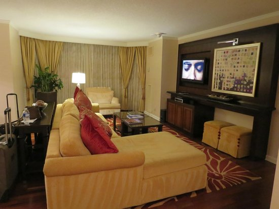 The Ritz-Carlton, Atlanta: Living area of hotel room