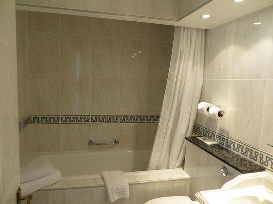 PowderMills Hotel & Restaurant: Bathroom