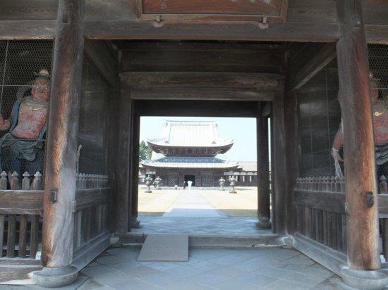 Zuiryuji Temple: 山門から見る仏殿
