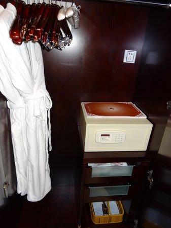 Xingyu Oriental Bund Hotel: 浴袍,保險箱及紙拖鞋等等