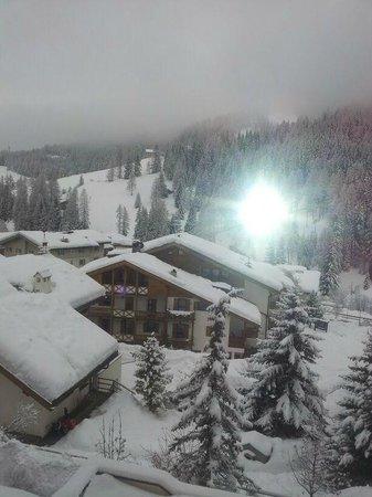 Hotel Diamant: risveglio dopo la nevicata notturna...vista dal balcone