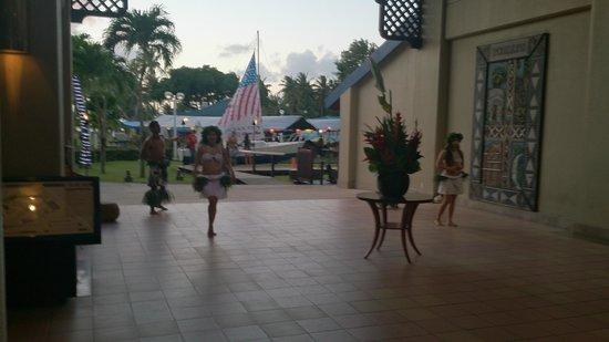 Fiesta Resort & Spa Saipan: Участники шоу встречают зрителей