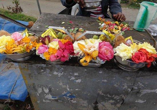 Kurinji Andavar Temple: 寺院の手前で売っている神様に供えるお花