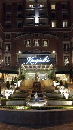 Villa Rosa Kempinski Nairobi: Entrance to the Kempinski at night