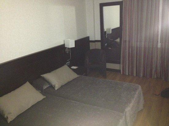 Catalonia Santa Justa Hotel : Small room but clean