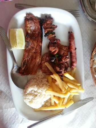 Casa de Pasto Armenio: Meat mixed grill, two portions of pork, a chicken kebab, a spicy sausage, chips and rice