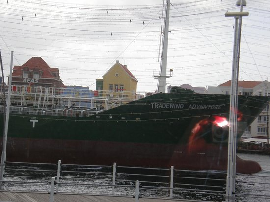 Otrobanda Hotel and Casino: Tanker vaart langs