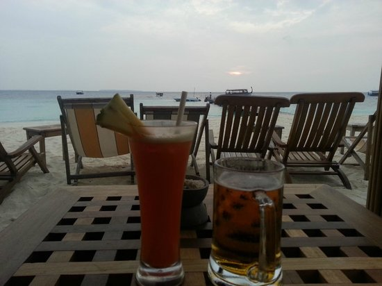 Reethi Beach Resort: Drinks at the Sunset Bar