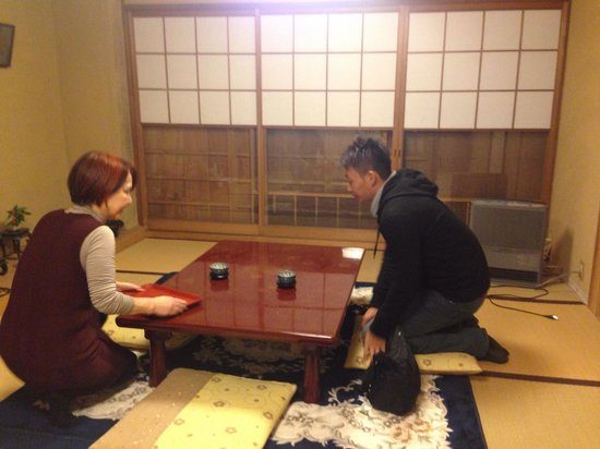 Salon Haraguchi Tenseian: Mrs Haraguchi preparing a hot green tea for us
