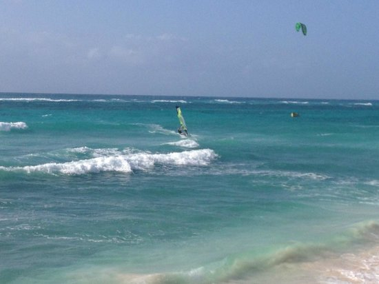 Silver Point Hotel: Beach next to tyhe hotel - Wind surfer
