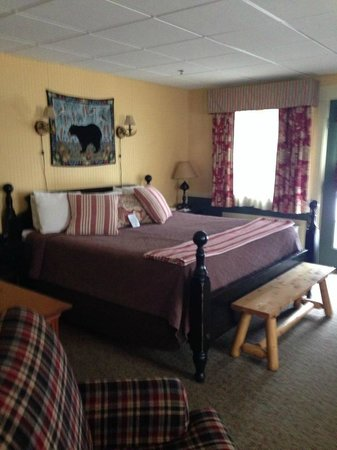 king size bed picture of common man inn spa plymouth. Black Bedroom Furniture Sets. Home Design Ideas
