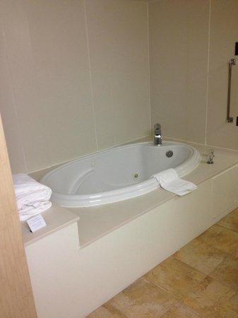 Hampton Inn and Suites Raleigh/Cary-I-40 (PNC Arena) : Whirlpool Tub