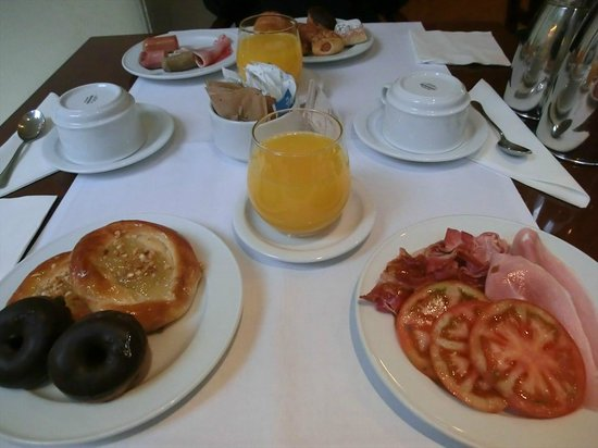 Hotel Montecarlo Barcelona: Breakfast.