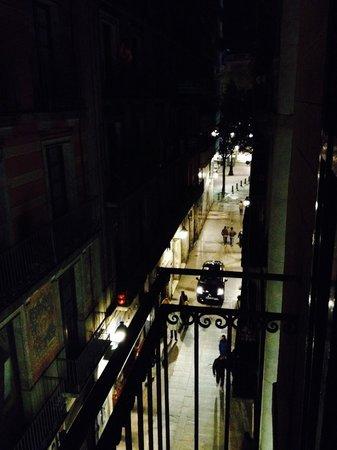 Hotel Comercio Barcelona: Night Time Balcony View