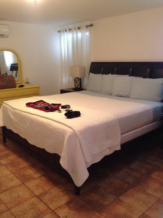 Antigua's Yepton Estate Cottages: king sized bed, super comfy