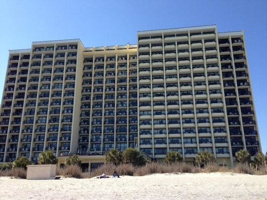 Compass Cove Oceanfront Resort: looking at hotel from ocean front