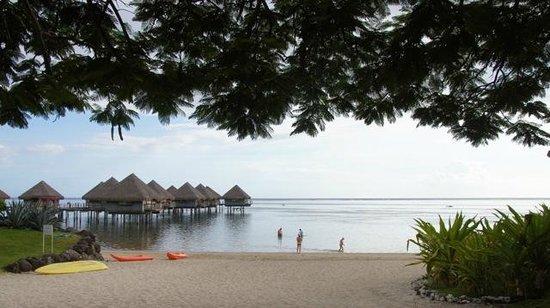 Le Meridien Tahiti: Beach and overwater Bungalows