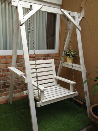 Mango Tree Place - Townhouse 1934: Swing in the courtyard