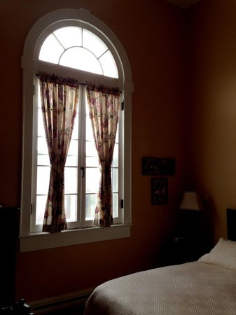 Green Door Bed and Breakfast: Fantastic high windows in the bedroom