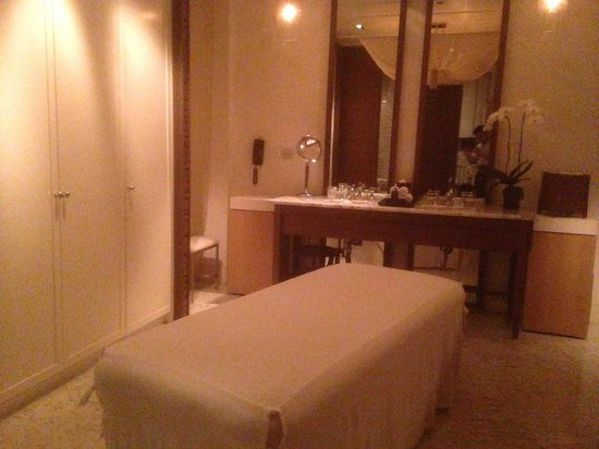 Grand Hyatt Erawan Bangkok: Personal massage bed in the spa cottage