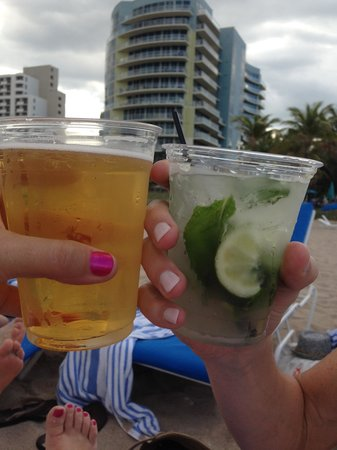 B Ocean Resort Fort Lauderdale: drink service at the beach
