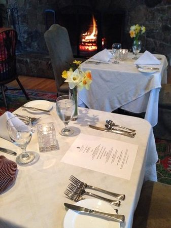 Lodge on Gorham's Bluff: always fresh flowers, excellent dinning and service.