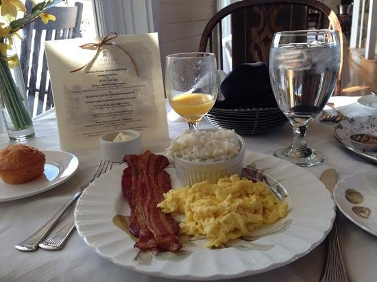 Lodge on Gorham's Bluff: Breakfast is a treat.