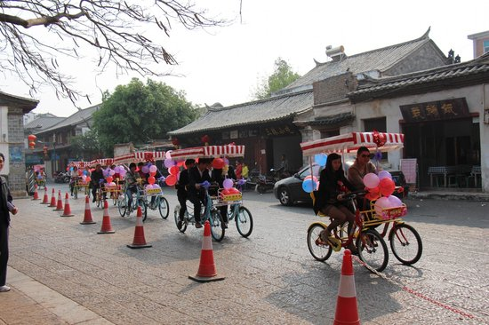 Yunnan Taste Tourism Service : a wedding parade in Jianshui
