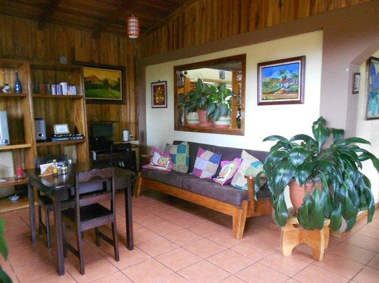 Mariposa Bed & Breakfast: Common room with internet, breakfast, reception