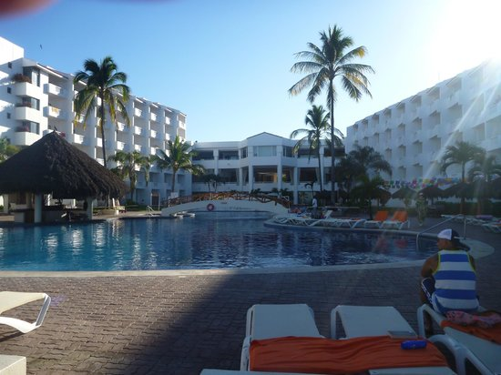 Marival Resort & Suites : looking from the beach to the main quart yard