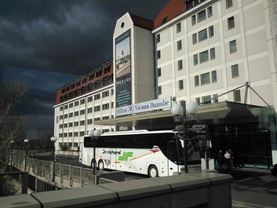 Hilton Vienna Danube Waterfront: Hotel fachada