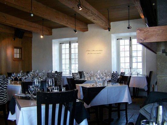 Cotes a Cotes Resto-Grill: Décor contemporain dans une maison ancestrale, Côtes à Côtes Resto Grill